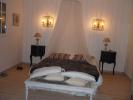 Chambre à coucher habillée en volige sapin et parquet pin vitrifié.