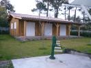 Dépendance bois achevée. Bardage en volige couvre-joint et terrasse en pin couverte.