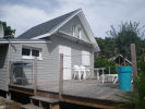 Construction en bois d'un chalet de plage sur plots bétons et d'une terrasse en ipé.  La couverture est en bardeaux bitumés.