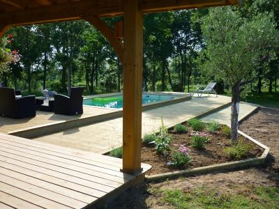 Entourage de piscine en pin avec dénivelé
