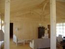 Habillage de volige à mi-bois en sapin. Partie salon en charpente traditionnelle et partie chambre en plafond droit et charpente industrielle.