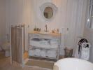 Salle de bain habillée en volige. Sapin et parquet en pin vitrifié.