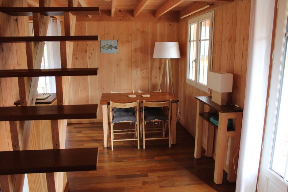 Intérieur cabane en douglas. Parquet et escalier ipé