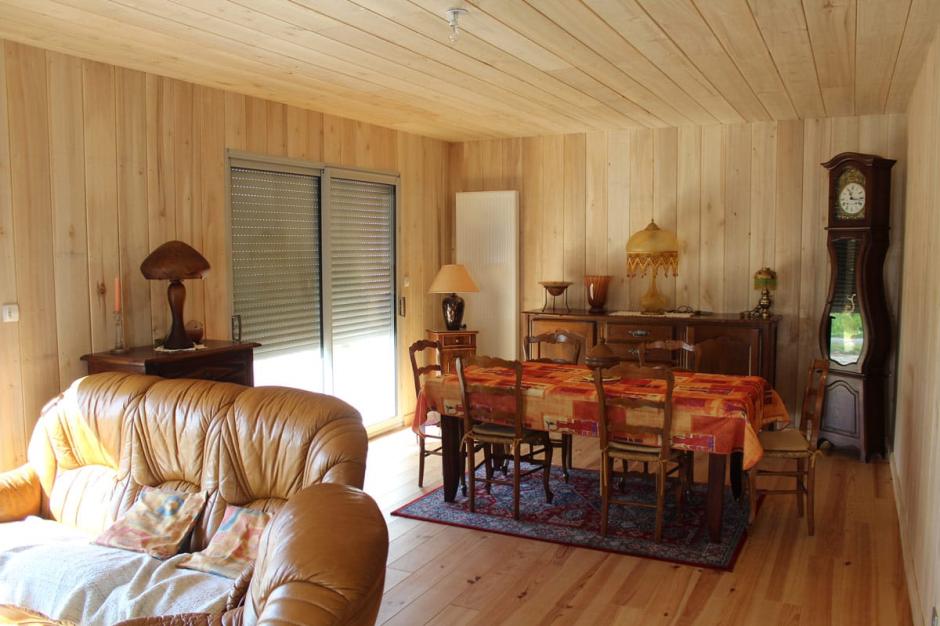 Murs et plafond en peuplier brut, parquet en pin vitrifié